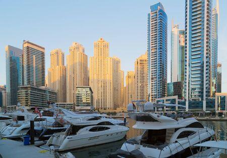 DUBAI, Emiratos Árabes Unidos - 25 de enero de 2016: Canal de Dubai Marina y arquitectura rascacielos, barco de yates barco paisaje en Emiratos Árabes Unidos