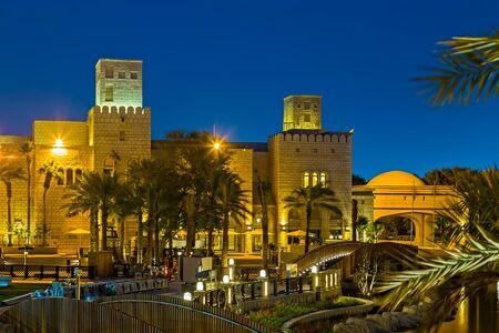 Jumeirah, Dubai, UAE, January 26, 2016: Madinat Jumeirah encompasses three boutique hotels and one cluster of summerhouses: Al Qasr, Mina ASalam, Al Naseem, and Dar Al Masyaf; Arabic summerhouses located around the resort grounds 新聞圖片
