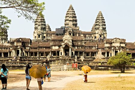 SIEM REAP, CAMBODIA - March 01, 2015: Angkor Wat is a popular tourist attraction doorway in the ancient ruins temple in Angkor Archeological area in Cambodia 新聞圖片