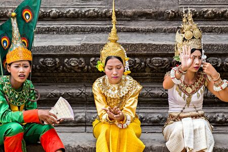 SIEM REAP, CAMBODIA - March 01, 2015: Traditional Cambodian Apsara dressed professional dancers Actors, temples of Angkor Wat is a popular tourist attraction. 新聞圖片