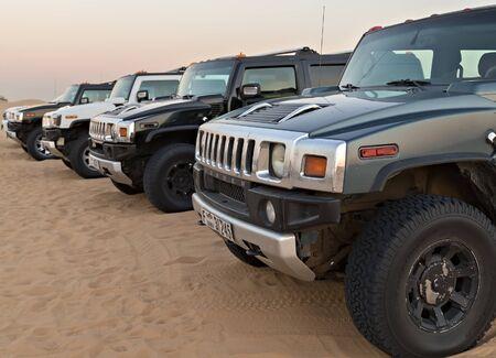 DUBAI, UNITED ARAB EMIRATES - JANUARY 25, 2016: Safari Black Hummer in line the of cars parking rally off-road car 4x4 adventure sand desert Empty Quarter landscape, UAE, Dubai. 新聞圖片