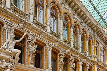 """Einkaufszentrum Odessa""""Passage"""". Äußeres der Passage Statue von Fenster und sinnlichen römischen Frauen zahlreiche Skulpturen. Nahaufnahme der alten Steinstatue Detail weißer Marmorskulptur. Odessa, Ukraine Editorial"""