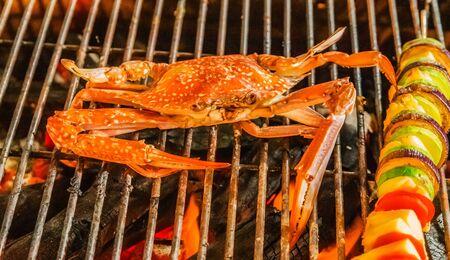 Crabe. cuisson grille de grill enflammée à la vapeur Nourriture Fond bleu crabes. Banque d'images