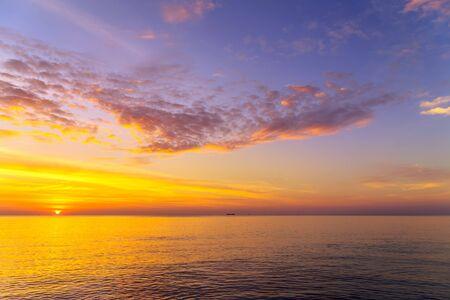 Fond de mer or coucher de soleil. Vagues de la mer au coucher du soleil. Coucher de soleil d'été. ciel du matin