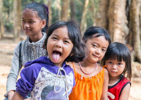 Cambodge, Siem Reap - 25 février 2015 : Groupe de diversité ethnique d'enfants amitié joyeux montre la langue