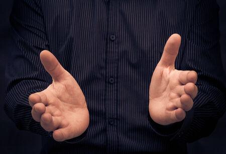 comunicacion no verbal: Hombre que gesticula durante un discurso o mostrando algo