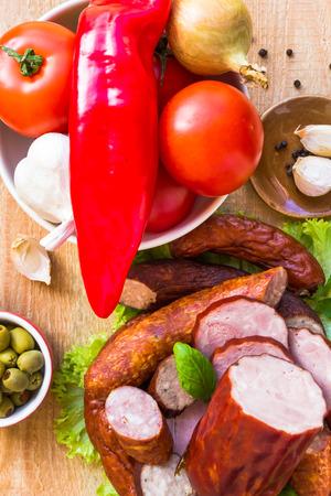 carnes y verduras: Diversas carnes y verduras en una mesa de madera