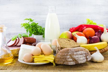 テーブルの上の食料品の組成