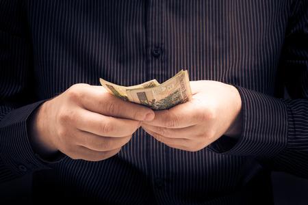 show bill: La persona que cuenta cierta cantidad de dinero Foto de archivo