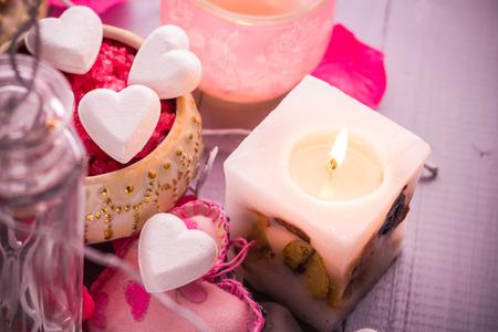 bougie coeur: Spa composition � l'occasion de la Saint Valentin: coeur, amour, le corps, la sant� Banque d'images