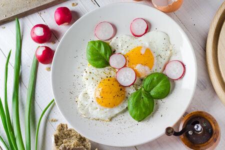 desayuno romantico: Huevos fritos en forma de coraz�n: Plato de San Valent�n