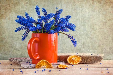 Still life with a bouquet of spring flowers blue Standard-Bild