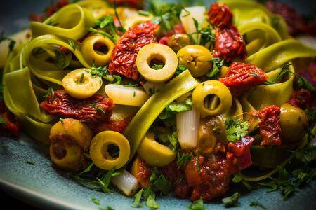 alcaparras: Pasta con salsa de tomate, alcaparras y espárragos. luz mágica