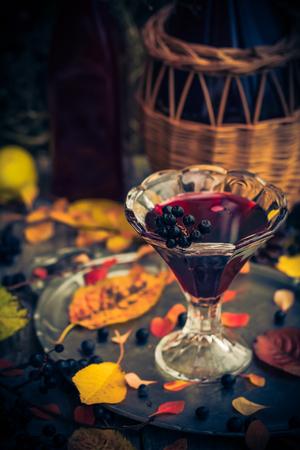 Kieliszek nalewki z aronii jesienią zabytkowe stylizacji