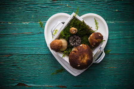 maleza: Boleto en una caja en forma de corazón en una mesa de madera