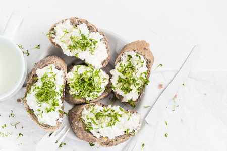 Gesundes Frühstück: Sandwiches mit weißem Frischkäse und Croissants oder Milch