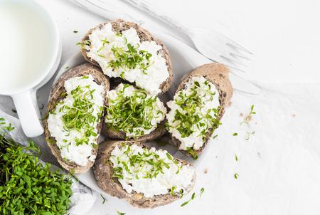 Gezond ontbijt: sandwiches met witte roomkaas en croissants of melk