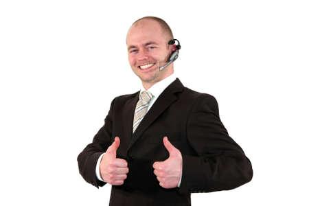 call center agent: un agente di centro di chiamata maschio sorridente posa con il pollice in alto segno, isolato su sfondo bianco