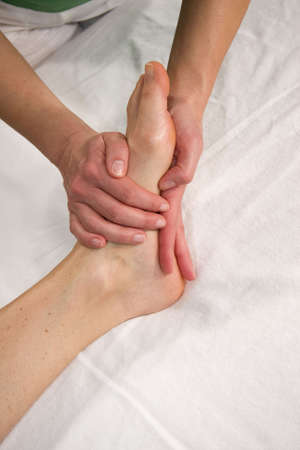 eine Nahaufnahme eines Fußes einer natürlichen reife Frau mit einen Fuß auf der Fußsohle Ihre massage