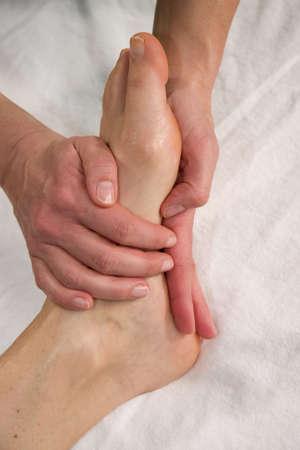 eine Nahaufnahme eines Fußes einer natürlichen Reife Frau mit einen Fuß auf der Fußsohle Ihre massage  Standard-Bild