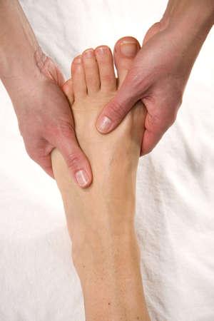 eine Nahaufnahme eines Fußes einer natürlichen Reife Frau, die mit einen Fuß auf dem Spann von Ihrem Fuß massage