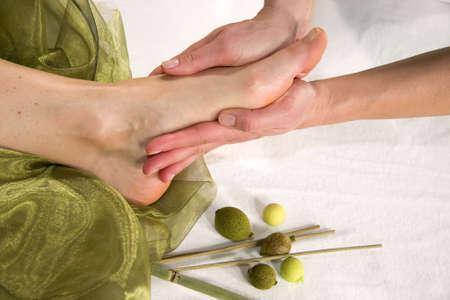 eine Wellness-Komposition, die zeigt einer Nahaufnahme eines Fußes einer natürlichen Reife Frau, die mit eine Massage auf der Fußsohle Ihr  Standard-Bild