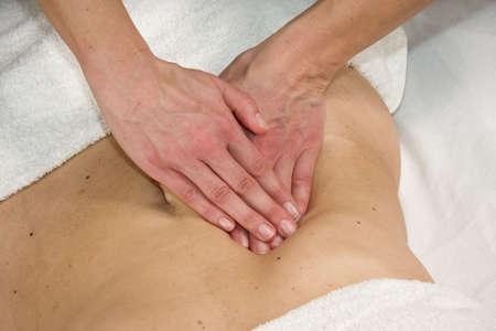 eine Nahaufnahme von einer natürlichen Reife Frau bei einer Massage in Ihrem Bauch in der Anlage-region Standard-Bild