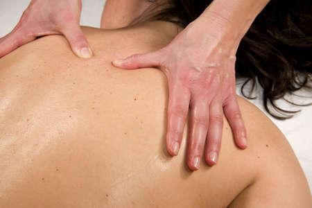 eine natürliche Reife Frau, die bei einer Massage auf Ihrem Rücken Muskel