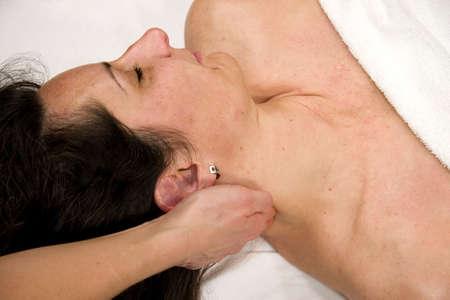 eine natürliche Reife Frau, die mit eine Massage in Ihrem Hals  Lizenzfreie Bilder