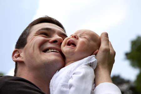 ni�o llorando: Un joven padre desesperado intentando inquieto a su hija llorando de 7 semanas de edad