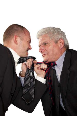 Zwei wütend Geschäftsleute stehend, Face to Face und tearing binden gegenseitig