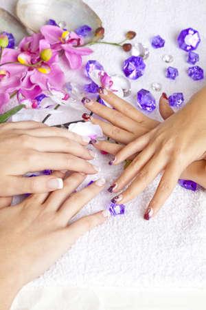A szépség fogalma - kezet akril körmök, virág, kagyló és kristályok Stock fotó