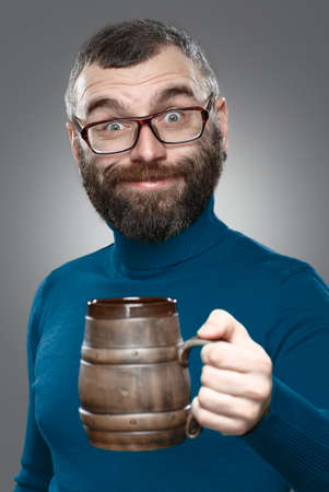 man drinkt bier: Gelukkig man het drinken bier van de mok