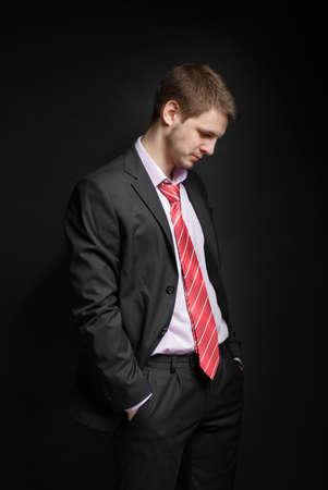 mala suerte: Hombre de negocios sentado en una posici�n libre, con la cabeza gacha. Concepto - una decepci�n, la p�rdida, la mala suerte.