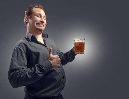 hombre tomando cerveza: Hombre satisfecho con la cerveza en una oscura
