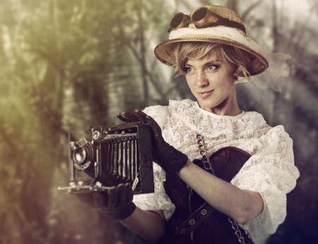 Schöne Frau mit Retro-Kamera in den Dschungel. Standard-Bild - 32438096