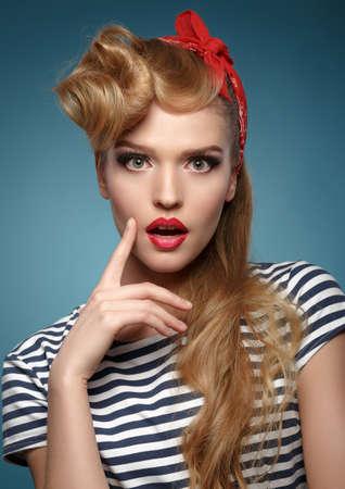 pin up vintage: Bellezza sorridente pinup ragazza su sfondo blu.