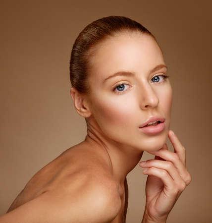 arrugas: Mujer hermosa que toca su cara. Piel fresca perfecta. Modelo de belleza pura. Juventud y Cuidado de la piel Concepto
