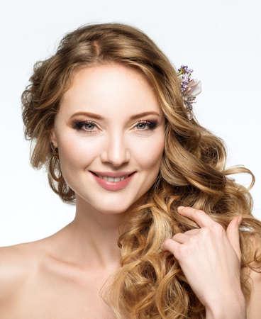Portrait der schönen lächelnden Mädchen. Hochzeit Frisur und Make-up.