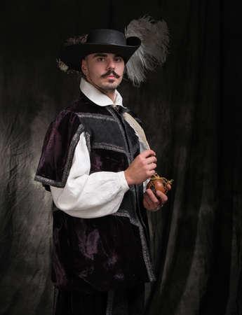 vestidos de epoca: Hombre con traje de época y un sombrero con plumas.