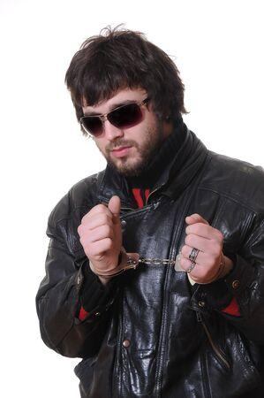 cuffed: hombre esposada en chaquetas de cuero negro Foto de archivo