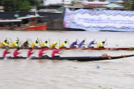panning shot: BANGKOK, Thailandia - 25 agosto Due squadre di canottaggio in piena velocit� durante Thai coda lunga Concorso barca lungo il fiume Chaopraya il 25 agosto 2013 alle Rama 8 Bridge, Bangkok, Thailandia