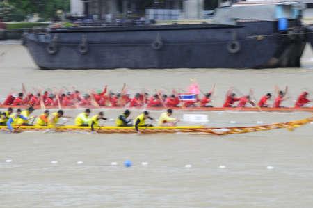 panning shot: Bangkok, Thailandia - agosto 25,2013 - Due squadre di canottaggio in piena velocit� durante Thai coda lunga Concorso barca lungo il fiume Chaopraya a Rama 8 Bridge
