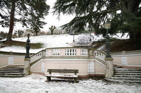 sedia vuota: Sedia vuota nel parco d'inverno, Francia