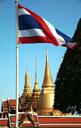 タイの旗の表示がバンコクの寺院を飛ぶ