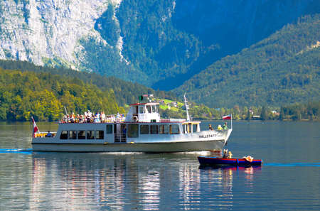 reisen: Greeting the way of the small boat and the big boat in Hallstatt Lake - Austria