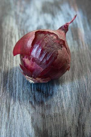 head textured purple onions on cutting Board closeup Banco de Imagens - 73518962