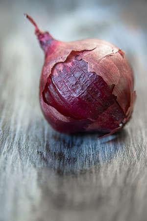 head textured purple onions on cutting Board closeup Banco de Imagens - 73518961