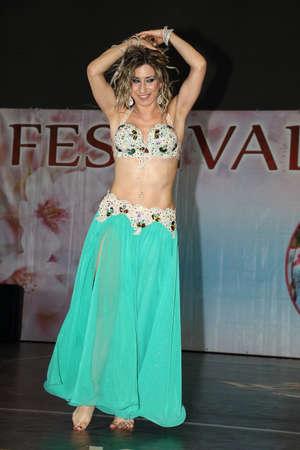 Génova Italia-03-03-2019: danza del vientre en el festival de Oriente en Génova. Danza del vientre, emblema por excelencia de las noches orientales encantadas.