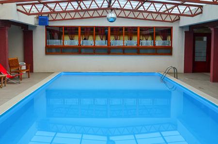 Leeg binnen zwembad, met helder, blauw, rustig water